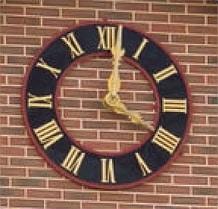 Photo de d'horloge sur façade en brique rouge