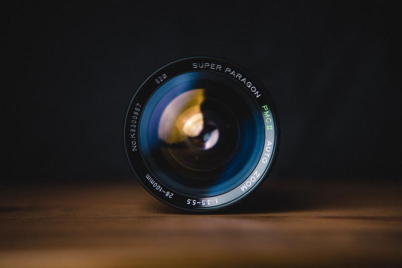 Objectif d'un appareil photo, posé sur une table