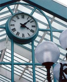 Horloge du centre commercial de Moisselles à double face