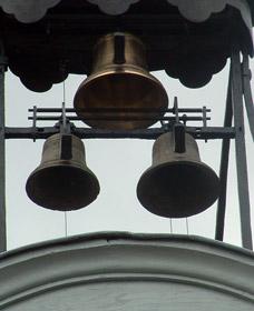 Cloches de l'horloge du château dont une a été remplacée