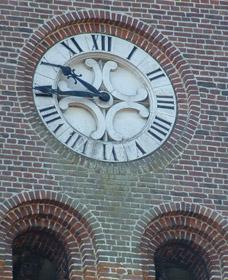 Forme de rosace du cadran de l'église de Cilly