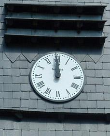 Détail du cadran de l'église de Colonfay