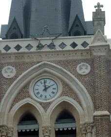 Cadran de l'église surmonté d'une décoration de Noël