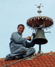Intervention sur le toit de l'ancienne mairie de Margny-les-Cerises