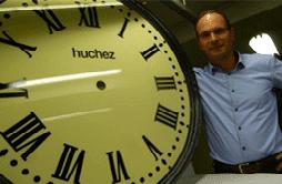 François Huchez se tenant debout à côté de l'une de ses réalisations