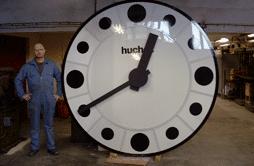 Employé à côté d'une horloge