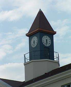 Deux cadrans au sommet d'un immeuble