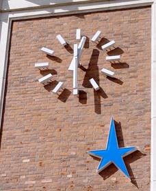Cadran en relief avec ombres portées sur le mur en briques