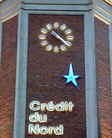 Façade éclairée du Crédit du Nord de Lille