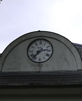 Horloge au dessus de l'entrée d'une école de l'abbaye