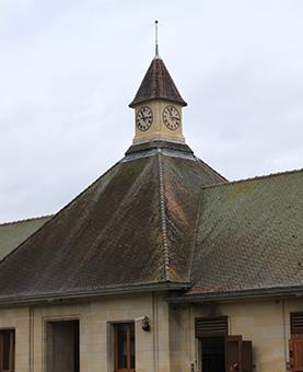 Façade des écuries Darley à Gouvieux avec l'horloge huchez
