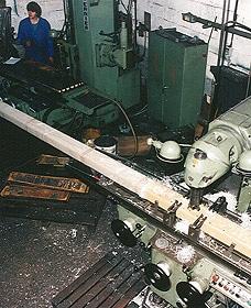 Préparation en usine des éléments de l'horloge de la gare de Cergy