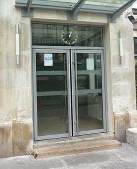 cadran posée sur les portes vitrées de la gare de Neuilly