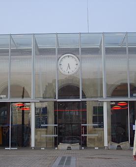 Entrée de la gare SNCF de Mants et son horloge huchez
