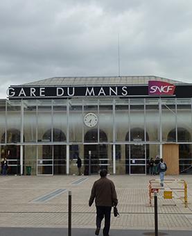 Façade avant de la gare du Mans et de son horloge