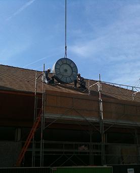 Pose de l'horloge sur le toit de la gare de Yerres