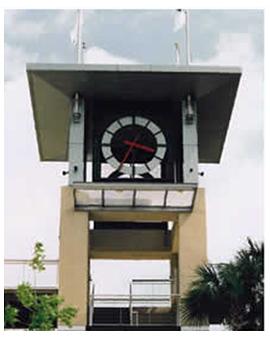 Horloge monumentale avec des éguilles rouges pour l'aquarium de Charleston