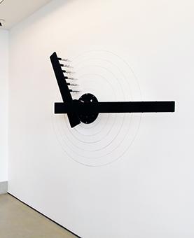 Horloge accrochée à un mur blanc dans un studio d'art