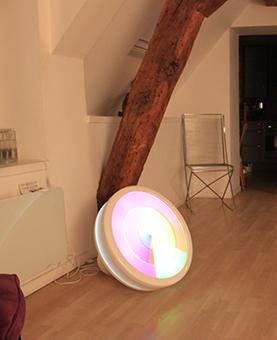 Cadran lumineux posée dans une pièce