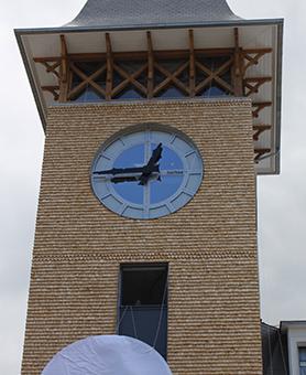 façade en pierre avec une horloge huchez