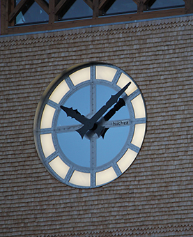 Cadran d'une horloge lumineux la nuit