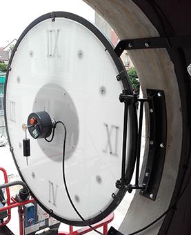 Pose de l'horloge pour le chantier Eiffage