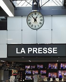Horloge suspendu dans les galeries marchandes de Leclerc à Saint Just
