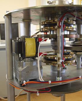 Mécanisme et rouages de 'une horloge monumentale dans un atelier