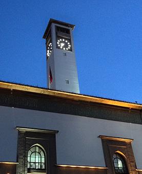 Horloge éclairée de nuit de la préfecture de Casablanca
