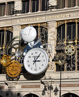 Horloge monumentale dans un style steampunk sur le façade du Printemps