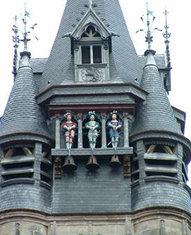 Statues des picantins au dessus de l'horloge de l'hotel de ville