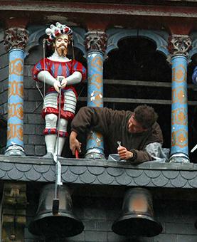Installation d'un picantin par un ouvrier au dessus de l'horloge de l'hotel de ville
