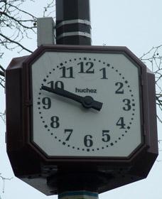 Horloge Huchez fixée sur lampadaire parisien