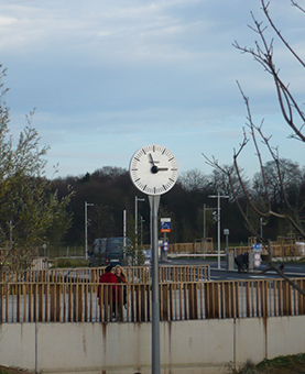 horloge huchez posée sur un poteau