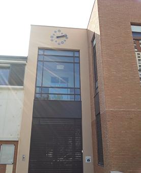 Entrée de la médiathèque de Neuilly avec son horloge huchez