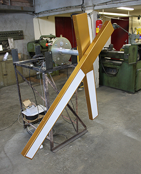 Aiguilles d'une horloge monumentale dans un atelier pour plexilight