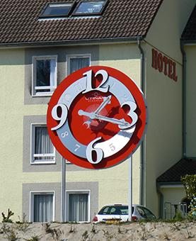 Horloge rouge en argent pour le Restaurant de l'horloge à Besanaçon