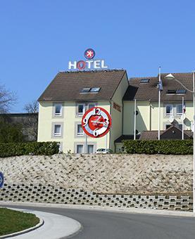 façade extérieure avec l'horloge rouge et argent huchez