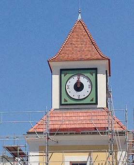 Travaux de pose de l'horloge avec des échafaudage