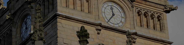 Façade avec horloge monumentale
