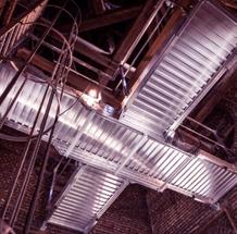 Photo de deux planchers en métal dans un clocher