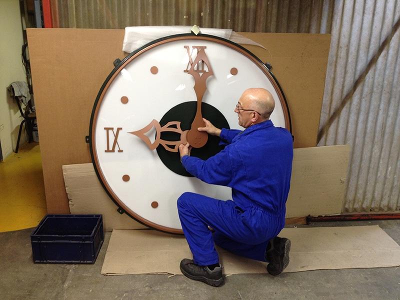Employé réparant une horloge