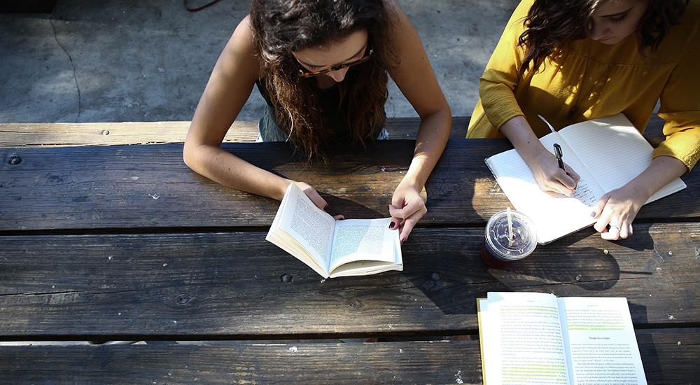 Etudiantes révisant avec livres et cahier
