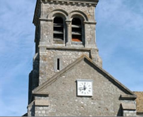 Photo de façade d'église avec horloge Huchez