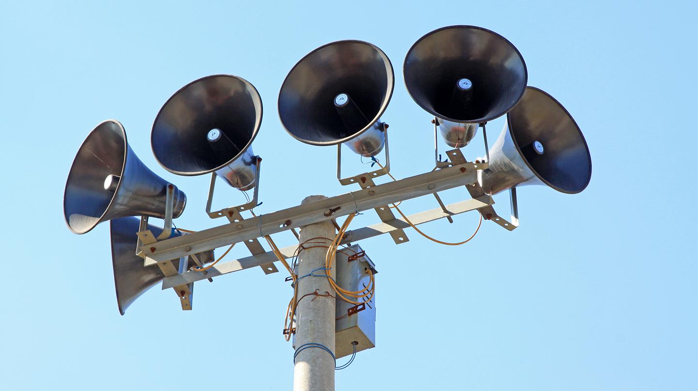 Sirènes d'alarme montées sur un pylône