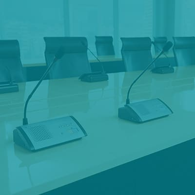 Table de conférence avec micros